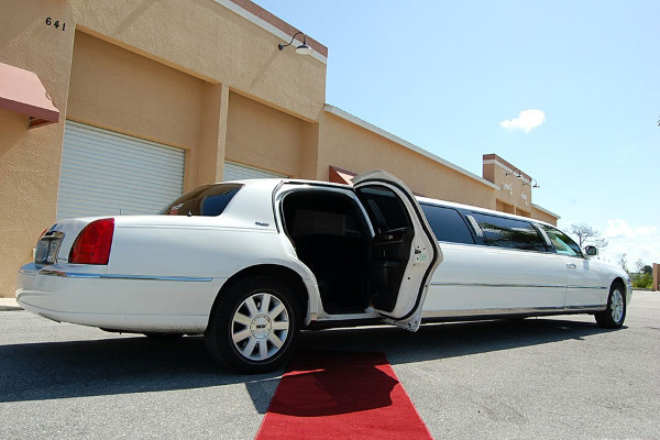 8 Person Lincoln Stretch Limo South Bend